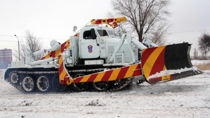 Супермашина волгоградских спасателей расчистила безнадежную ледяную трассу в Селезневке