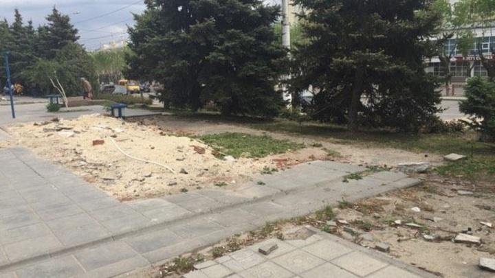 В центре Волгограда начали убирать руины ларьков у «Невского пассажа»