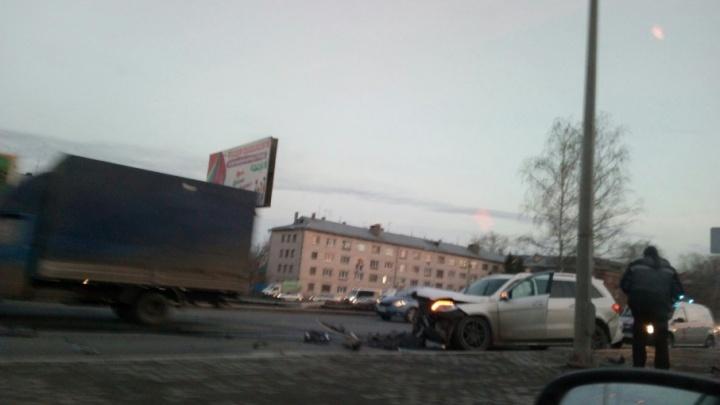 «Не рассчитал расстояние»: на Мехзаводе Mercedes врезался в бордюр