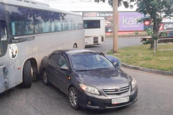 Из-за столкновения с легковушкой автобус не смог вовремя поехать в рейс