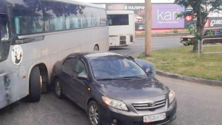 Пассажиры междугороднего автобуса застряли на выезде с автовокзала в Челябинске