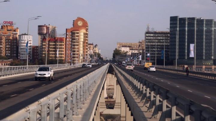 Лифты на Ворошиловском мосту закрыли, чтобы спасти замки от вандалов