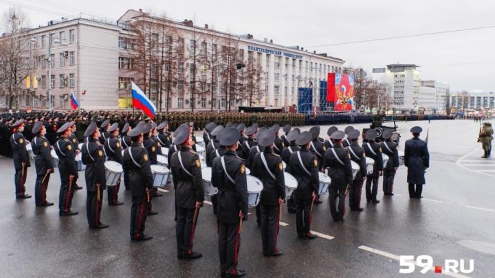 Кадеты, военная техника и дефиле барабанщиков: смотрим первую репетицию парада Победы в Перми