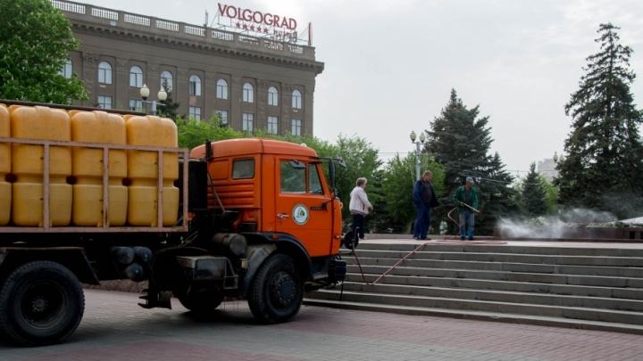 Дороги Волгограда моют от пыли и грязи питьевой водой