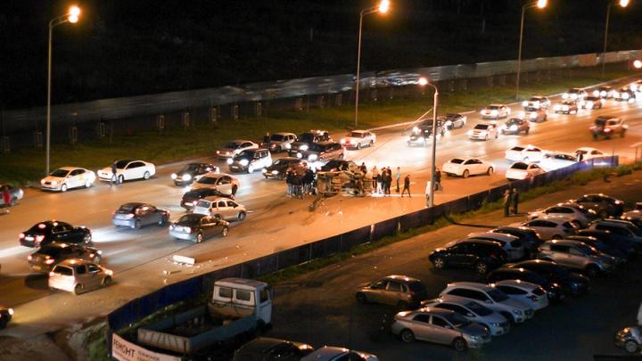 Mazda протаранила столб и опрокинулась в Челябинске