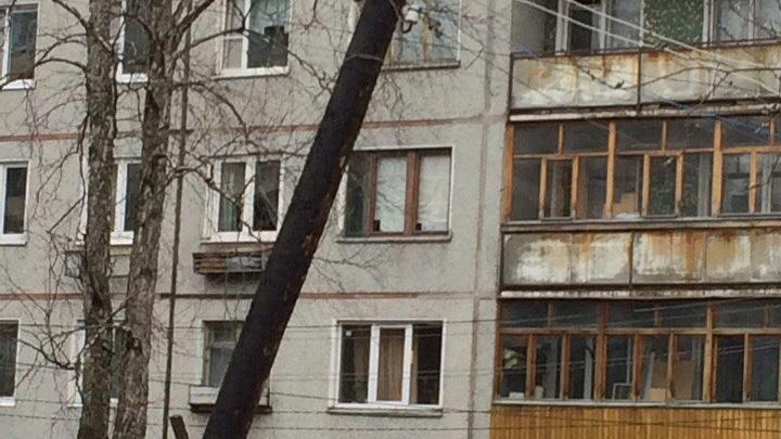 Световое шоу под дождем: короткие замыкания могут спалить дом в центре Архангельска