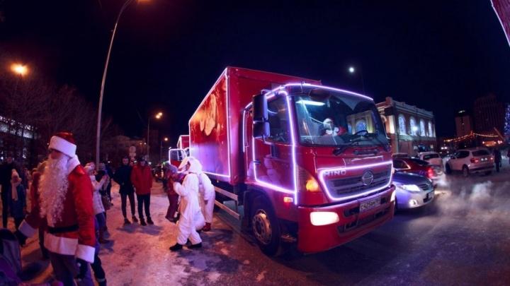 Без остановок и подарков: компания Coca-Cola изменила маршрут «Рождественского каравана» в Тюмени
