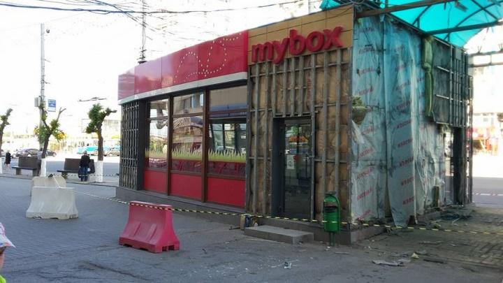 В Волгограде на остановке «Современник» сносят павильоны с фастфудом
