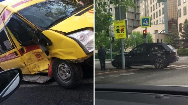 В центре Тюмени машина реанимации столкнулась с Range Rover: пострадали врач и фельдшер скорой
