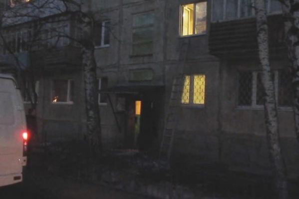 Следователи выясняют, что произошло в квартире и почему дети остались одни