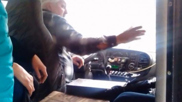 Нервы не выдержали: курящий водитель маршрутки выгнал возмутившихся пассажиров на проезжую часть