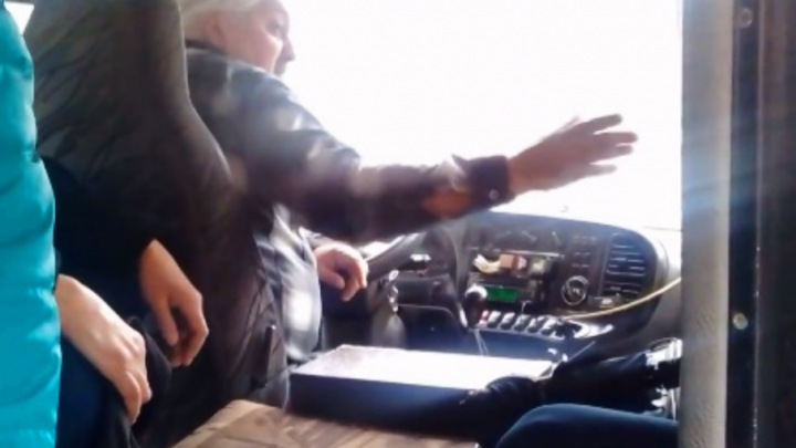 Отделался легким испугом и штрафом: курящего водителя маршрутки наказали рублем