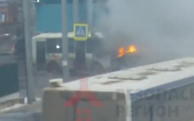 Пожар в маршрутке попал на видео: пазик тушили случайные свидетели и полиция