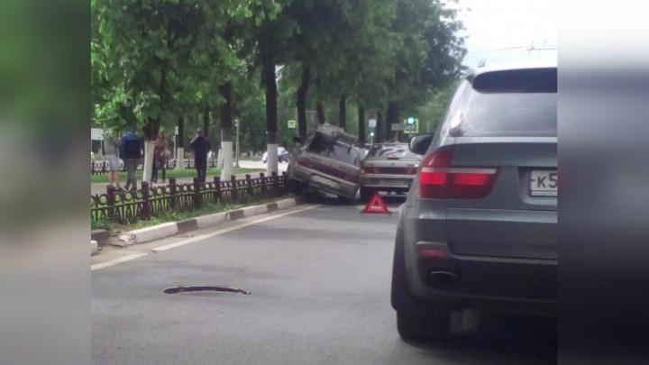 В Ярославле «десятка» повисла на чугунном заборе после удара «пятнашки»