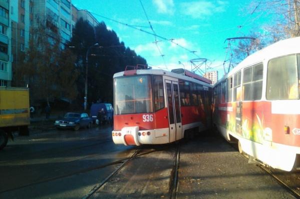 Трамваи парализовали движение общественного транспорта