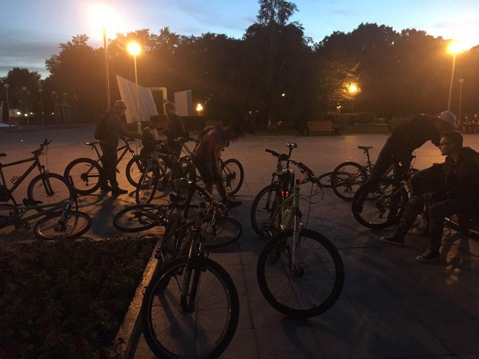 Ребята из местного велосообщества встретили, обогрели и позвали с собой гулять по вечерней Тюмени. Точнее - кататься на великах: а как иначе?