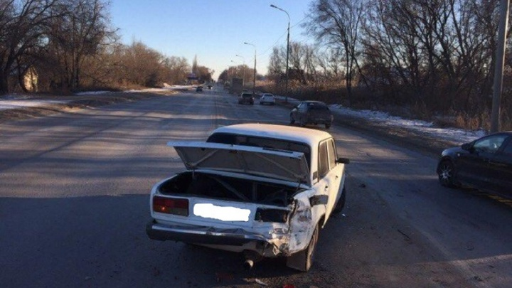 В Кировском районе Волгограда Lada Priora снесла сломавшуюся «семерку»