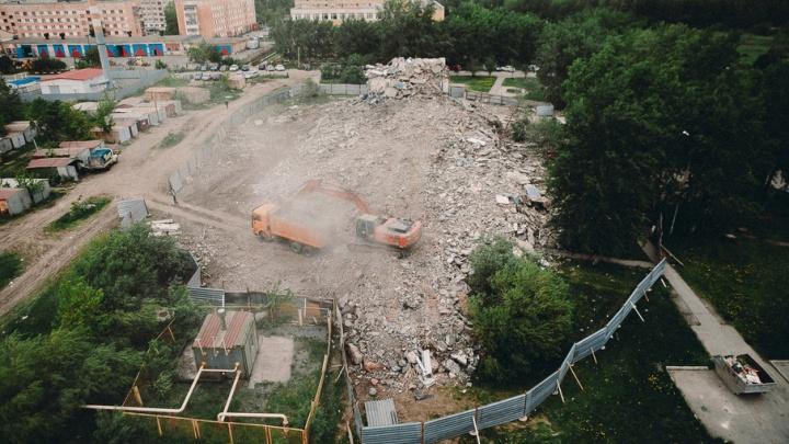 Восьмиэтажный аварийный пансионат на Туполева снесли, осталось вывезти мусор