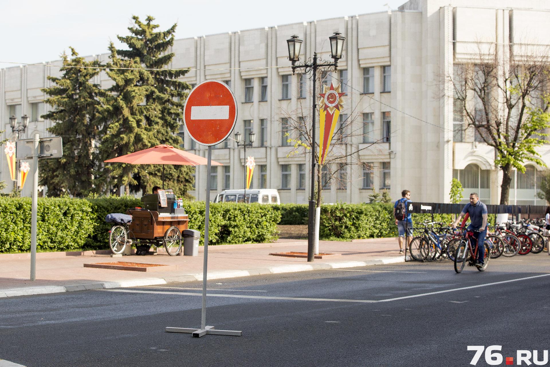 Ради акции перекрыли часть улицы у мэрии и поставили огромную велопарковку