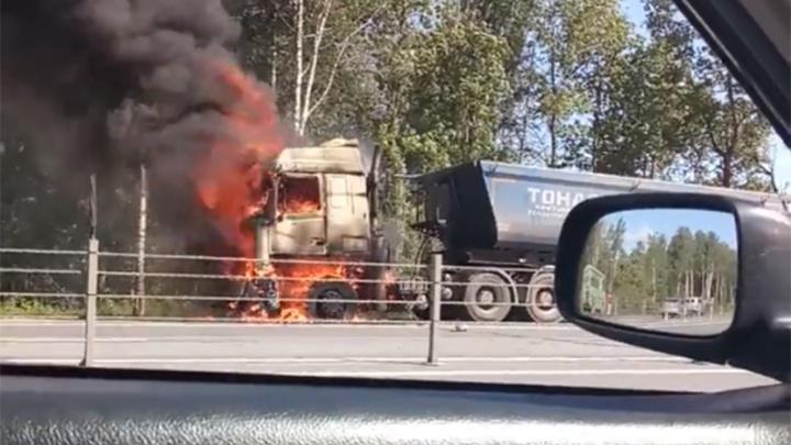 Вся кабина в огне: в Ярославской области на трассе М-8 сгорел мусоровоз