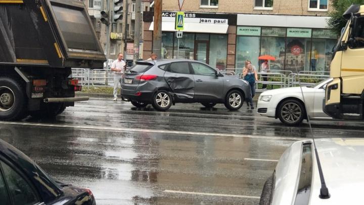 В центре Челябинска на большой скорости столкнулись две иномарки