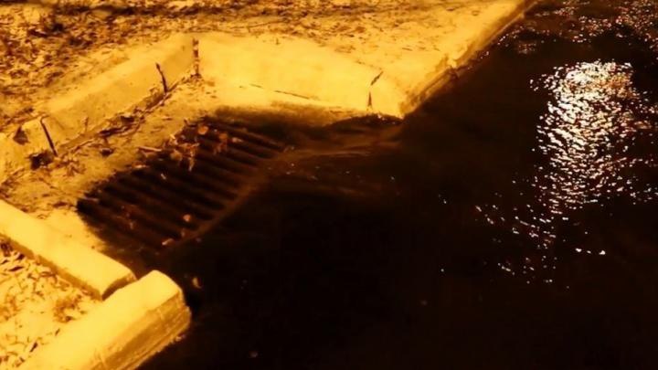 «Бьёт ключом из-под земли»: жители Ленинского района остались без воды из-за коммунальной аварии