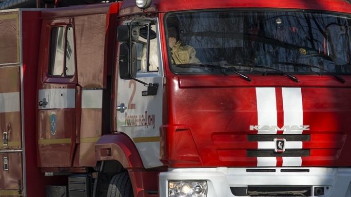 В Ростове сгорела припаркованная около заправки иномарка