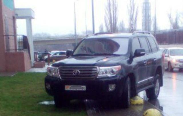 Жильцы ЖК «Акварель» прокололи колеса неправильно припаркованному автомобилю Land Cruiser