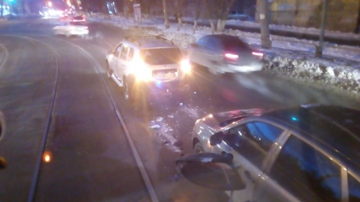 В Самаре столкновение Renault и Lada остановило движение трамваев