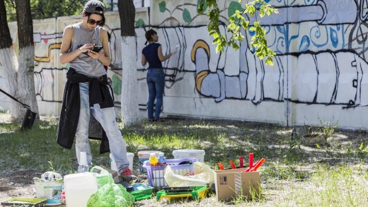 От Волги до крана: волгоградские художники превращают унылый забор в чертеж водопровода