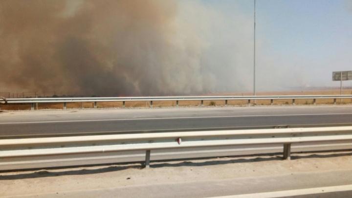 В Волгограде тушат сильный пожар у поселка Горьковского