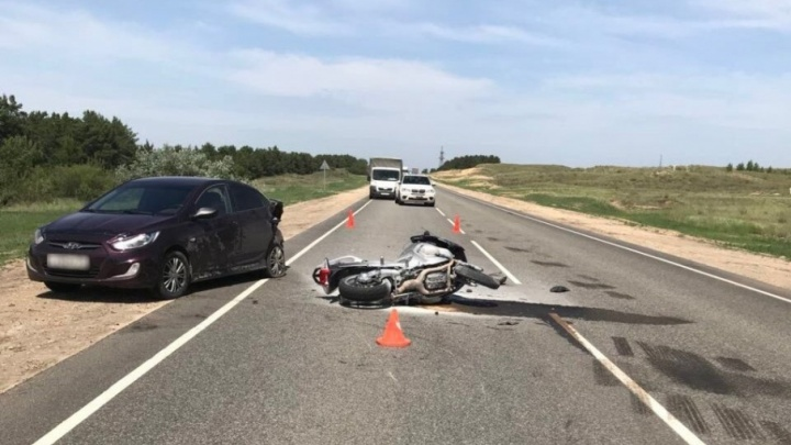 Мотоциклист на BMW пошел на таран и врезался в машину на трассе Волгоград-Москва
