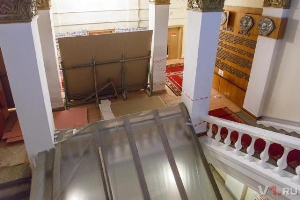 Поскольку лифт в здании облдумы не предусматривался, подъемник изготовлен по индивидуальному заказу