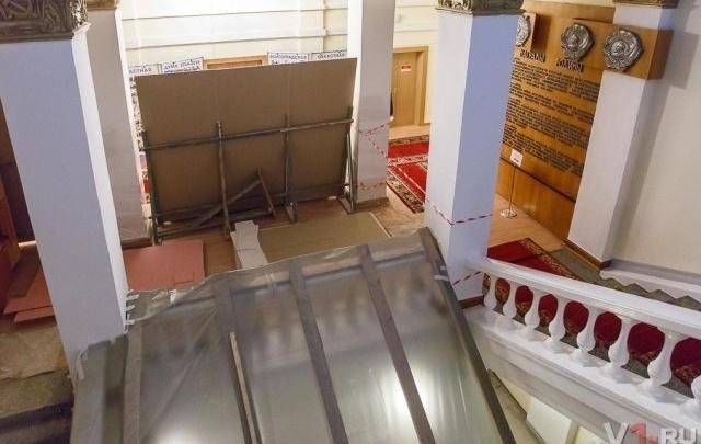 В Волгоградской областной думе начат монтаж шахты лифта за 20 миллионов