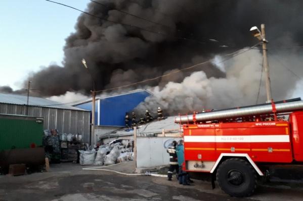 Горит склад на улице Ползунова в Волгограде