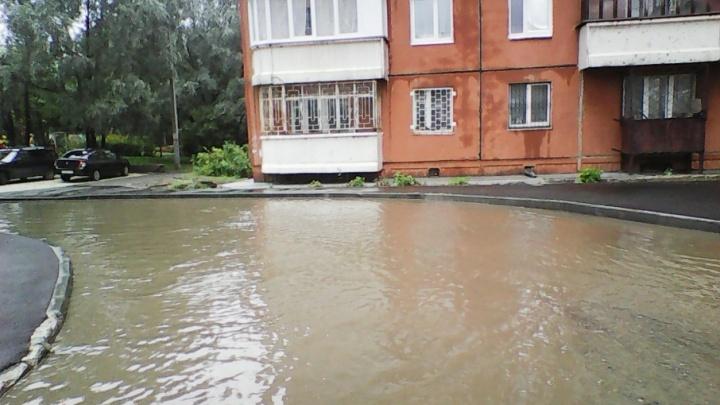 Наш двор – бассейн: в Перми после ремонта затопило придомовую территорию жилого дома