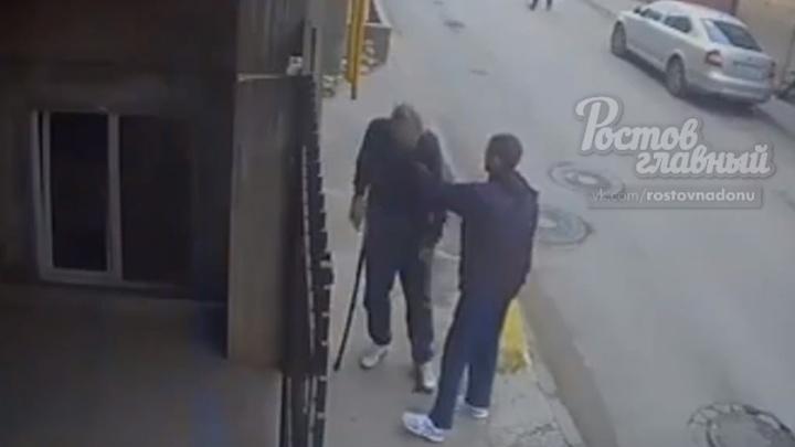 Ростовчанин посреди улицы отобрал деньги у пенсионера-инвалида и скрылся