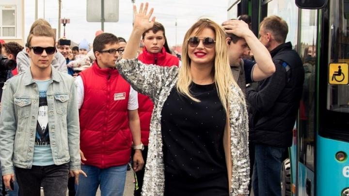 Анна Семенович посетила четыре субботника в Тюмени: посадила дерево, раздала мороженое и семена