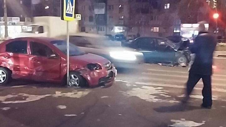 На Машиностроителей иномарка после столкновения с другой машиной влетела в дорожный знак
