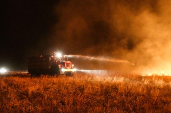На месте работают пожарные расчеты