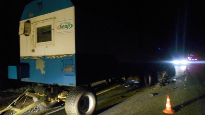 «Лада» влетела в оторванный прицеп грузовика: в ДТП на тюменской трассе погибла жительница Казахстана