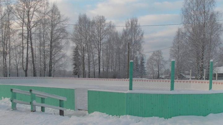 В Устьянском районе активисты ТОС отремонтировали каток в деревне Юрятинская