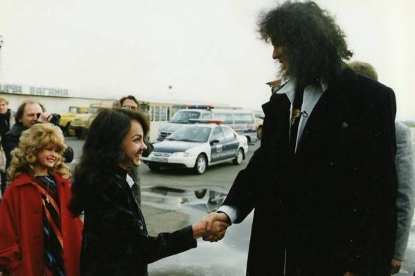 20 лет назад Алёна и Юля приходили на каждый концерт артиста в образах Филиппа и Аллы