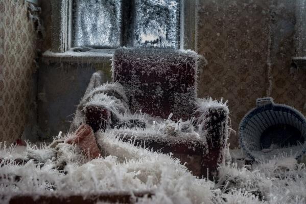Старое кресло, обросшее кристаллами льда, превратилось в зловещий ледяной трон
