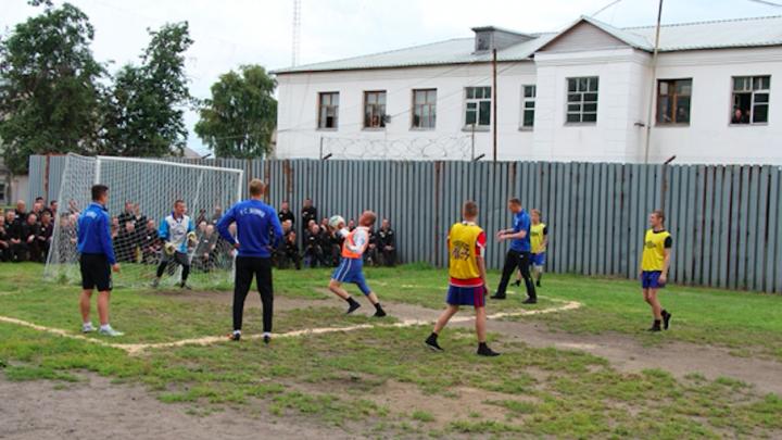 Ярославский «Шинник» сыграл в футбол с осужденными в колонии