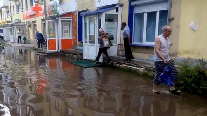 Целлофановый зонт и трюки на бордюре: самарцы всеми способами спасались от ливня