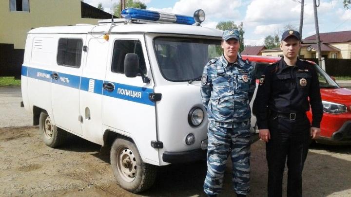 «Постройки вспыхнули как спички»: в Прикамье полицейские спасли людей из горящего дома
