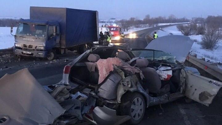 Двое погибли: на трассе M-5 под Сызранью Chevrolet врезался в грузовик