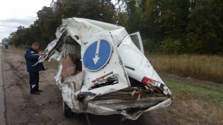 Появилось видео с места ДТП на М-5, где столкнулись фура и машина дорожной службы