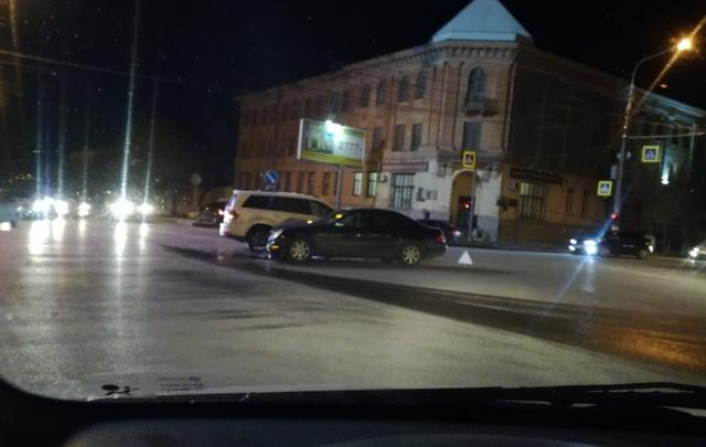 В центре Волгограда столкнулись два «Мерседеса»